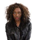 Jonge Afrikaanse Amerikaanse vrouw in zwart jasje royalty-vrije stock afbeelding