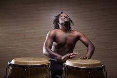 jonge Afrikaanse congas van mensenspelen royalty-vrije stock fotografie