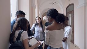Jonge Afrikaanse en Kaukasische studenten die zich in gang bevinden stock videobeelden