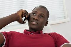 Jonge Afrikaanse Mens die op Cellphone spreken Stock Foto
