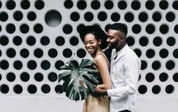 Jonge Afrikaanse mens die zijn meisje bekijken stock fotografie