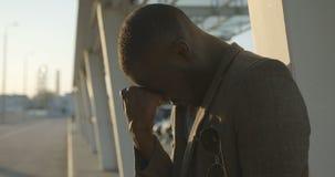 Jonge Afrikaanse mens in probleem De verstoorde kerel heeft het ernstige problemen en lijden openlucht Negatieve emotiesuitdrukki stock video
