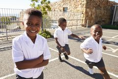 Jonge Afrikaanse schooljongens die in schoolspeelplaats lopen Royalty-vrije Stock Afbeeldingen