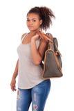 Jonge Afrikaanse vrouw die met haar zak reist - die over whit wordt geïsoleerd Royalty-vrije Stock Fotografie