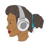 Jonge Afrikaanse vrouw, meisje het luisteren muziek Royalty-vrije Stock Foto's