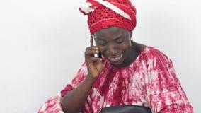 Jonge Afrikaanse vrouw op de telefoon stock videobeelden