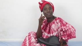 Jonge Afrikaanse vrouw op de telefoon stock footage