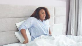 Jonge Afro-vrouwendalingen in slaap van het lang werk bij laptop stock video
