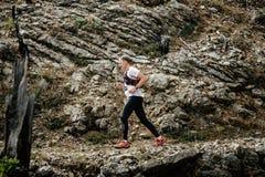 Jonge agentlooppas op een bergsleep in achtergrondsteenrotsen Royalty-vrije Stock Foto