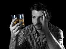 Jonge alcoholische die verslaafdenmens met whiskyglas wordt gedronken in alcoholismeconcept royalty-vrije stock afbeeldingen