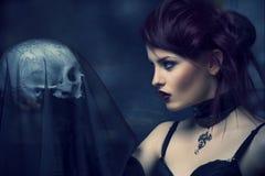 Jonge alternatieve vrouw met een schedel. stock afbeeldingen