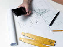 Jonge ambitieuze architect die de blauwdruk van een nieuwe hous voorstellen Royalty-vrije Stock Foto's