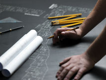 Jonge ambitieuze architect die de blauwdruk van een nieuwe hous voorstellen Royalty-vrije Stock Fotografie