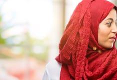 Jonge Arabische vrouw die hijab over natuurlijke achtergrond dragen royalty-vrije stock afbeeldingen