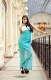 Jonge Arabische vrouw in lange groene kleding in de winkel Royalty-vrije Stock Afbeelding