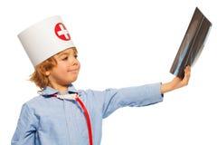 Jonge arts die een röntgenstraal van hand bestuderen Royalty-vrije Stock Fotografie