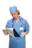 Jonge arts die klembord bekijkt stock afbeeldingen