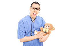 Jonge arts die medische controle van een teddybeer doen Stock Foto's