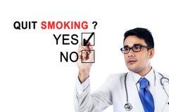 Jonge arts die ongeveer met het opgehouden roken goedkeuren Royalty-vrije Stock Foto's