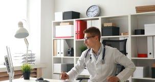 Jonge arts die op werkende plaats komen stock video