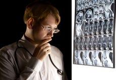 Jonge arts die over de diagnose denkt stock fotografie