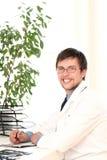 Jonge arts die in zijn bureau werkt Royalty-vrije Stock Afbeelding