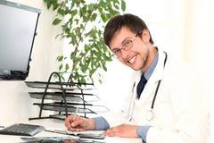 Jonge arts die in zijn bureau werkt Royalty-vrije Stock Foto