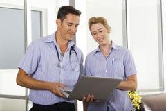 Jonge arts en verpleegster Stock Foto