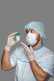 Jonge arts met container voor analyse Royalty-vrije Stock Foto's