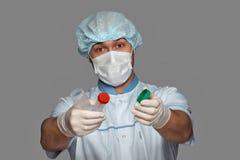 Jonge arts met container voor analyse Stock Foto's