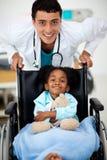 Jonge Arts met een ziek kind stock afbeeldingen