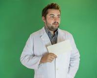 Jonge arts met envelop stock afbeelding