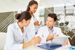 Jonge artsen in medische leertijd stock afbeelding