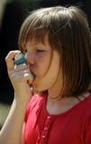 Jonge Astmapatiënt die een inhaleertoestel met behulp van royalty-vrije stock afbeeldingen