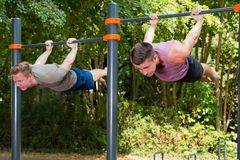 Jonge atleet die de training van de gymnastiekvlag hebben stock afbeelding