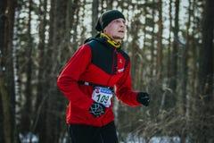 Jonge atleet die in de winterpark lopen Royalty-vrije Stock Afbeelding