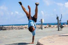 Jonge atleet die Parkour-trucs doen royalty-vrije stock afbeeldingen