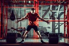 Jonge atleet het praktizeren crossfit opleiding Royalty-vrije Stock Afbeelding