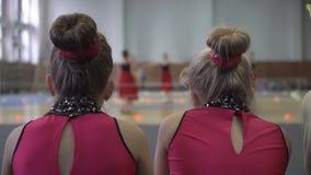 Jonge atleten in de gymnastiek stock video