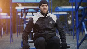 Jonge atletenmens die oefening doen bij openluchtgymnastiek in de winterpark royalty-vrije stock afbeeldingen