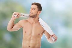 Jonge atletische mens met een handdoek stock afbeeldingen