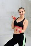 Jonge atletische vrouw die oefeningen doen Stock Foto's