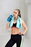 Jonge atletische vrouw die oefeningen doen Stock Foto