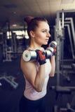Jonge atletische vrouw opleiding met domoor in gymnastiek Royalty-vrije Stock Afbeeldingen