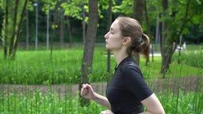 Jonge atletische vrouwenlooppas in park bij zomer Langzame motie stock videobeelden