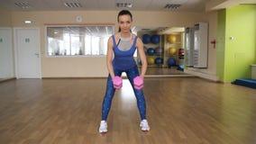 Jonge atletische vrouwentreinen in gymnastiek stock footage
