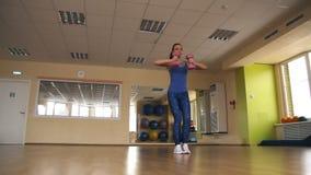 Jonge atletische vrouwentreinen in gymnastiek stock video
