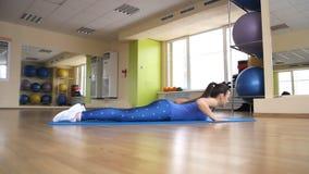 Jonge atletische vrouwentreinen in gymnastiek stock videobeelden
