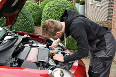 Jonge autowerktuigkundige op het werk stock foto