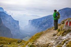 Jonge avonturier die zich op een klip bevinden royalty-vrije stock afbeelding
